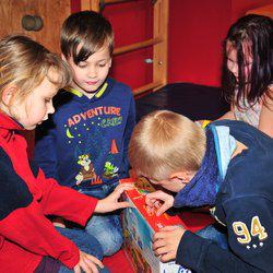 Geschenke für Kinder aus armen Verhältnissen! Das Deutsche Kinderhilfswerk war im Mehrgenerationenhaus Buntes Haus in Berlin-Hellersdorf und hat ihnen einige Wünsche erfüllt.
