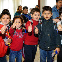 Das Deutsche Kinderhilfswerk überreichte mit seiner Botschafterin Miriam Mack Bildungspakete, bestehend aus Schulranzen, Heften, Bücher und Schreibmaterial, an geflüchtete Kinder.