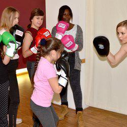 """Zur Förderung von Projekten für und mit Mädchen im Rahmen der Kampagne """"Mehr Mut zum Ich"""" haben Dove und Rossmann 200.000 Euro an das Deutsche Kinderhilfswerk überreicht!"""