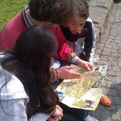 Die Geschwister Hayet und Mohamed erkunden zusammen mit ihrer Patin Hannah und ihrem Paten Matthias Berlin.