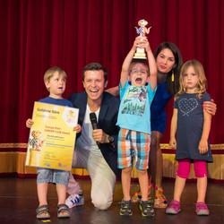 ... nehmen die Kinder stolz auch die zweite Goldene Göre entgegen, den Europa-Park JUNIOR CLUB Award.