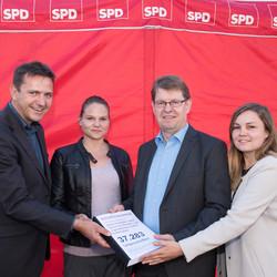 Deutsches Kinderhilfswerk übergibt Petition gegen Kinderarmut an SPD.