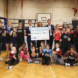 """Im Rahmen der Initiative """"Mehr Mut zum Ich"""" haben Dove und Rossmann im November 2017 einen Spendenscheck in Höhe von 160.000 Euro an das Deutsche Kinderhilfswerk überreicht."""