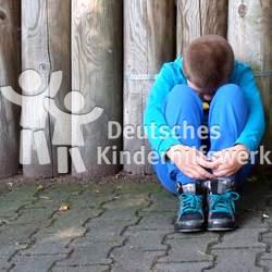 2,8 Millionen Kinder leben in Deutschland in Armut. Diese zeigt sich meist in schlechten Bildungschancen, einer mangelhaften Gesundheit, dem Gefühl der Scham und wenig Selbstvertrauen.