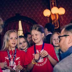 """Jedes Jahr zeichnet das Deutsche Kinderhilfswerk mit der """"Goldenen Göre"""" Projekte von und mit Kindern im Europa-Park in Rust aus."""